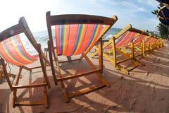 Cadeiras de plataforma na praia de Pattaya. Fotografia de Stock