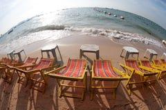 Cadeiras de plataforma na praia de Pattaya. Imagem de Stock