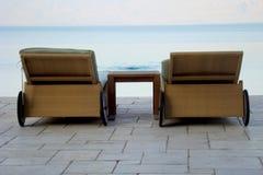 Cadeiras de plataforma por Água Foto de Stock Royalty Free