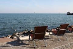 Cadeiras de plataforma vazias nas costas do lago Balaton Fotos de Stock Royalty Free