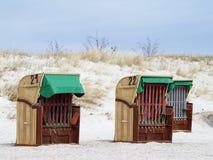 Cadeiras de praia de vime telhadas na praia fotos de stock royalty free