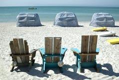 Cadeiras de praia e cabanas Imagem de Stock