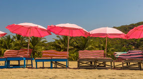 Cadeiras de praia e com o guarda-chuva na praia perto do lago doce, aros Imagens de Stock