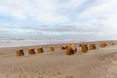 Cadeiras de praia Egmond Zee aan, os Países Baixos imagem de stock