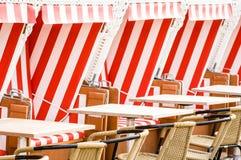 Cadeiras de praia encapuçados fotografia de stock royalty free