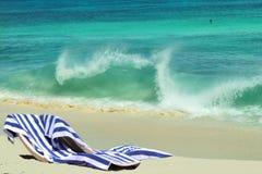 Cadeiras de praia, romance das férias Imagens de Stock