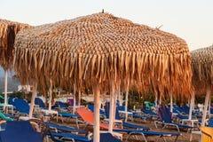 Cadeiras de praia Sunbeds e guarda-chuvas na praia Nea Vrasna, G Fotos de Stock