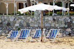 Cadeiras de praia vazias Imagens de Stock