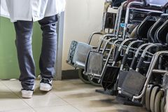 Cadeiras de rodas do hospital no hospital da universidade de Ioannina, Gre imagem de stock