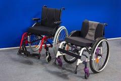 Cadeiras de rodas novas no salão de exposição fotos de stock royalty free