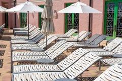 Cadeiras de sala de estar com guarda-chuvas Fotos de Stock Royalty Free