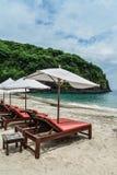 Cadeiras de sala de estar da praia com guarda-chuva imagem de stock royalty free