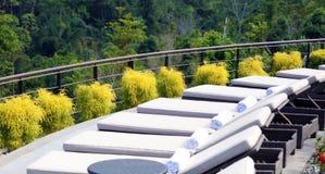 Cadeiras de sala de estar luxuosas na piscina superior do hotel do curso de Costa Rican Imagem de Stock Royalty Free