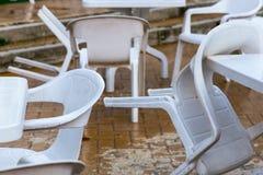 Cadeiras de uma barra na rua principal de Roccaraso, Abruzzo, Itália, Foto de Stock