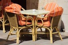 Cadeiras de vime e tabela Fotos de Stock Royalty Free