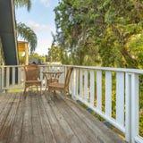 Cadeiras de vime e tabela em um balcão ao lado das árvores fotos de stock royalty free