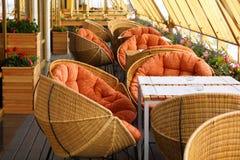 Cadeiras de vime e tabelas no restaurante Imagens de Stock Royalty Free