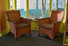 Cadeiras de vime em um canto Sunlit Foto de Stock Royalty Free