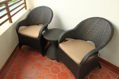 Cadeiras de vime no balcão Foto de Stock