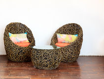 Cadeiras de vime redondas com tabela de vidro Fotos de Stock Royalty Free