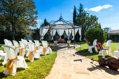 Cadeiras decoradas em um casamento exterior Fotografia de Stock