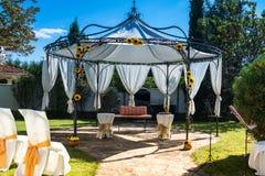 Cadeiras decoradas em um casamento exterior Fotos de Stock