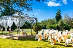 Cadeiras decoradas em um casamento exterior Imagens de Stock