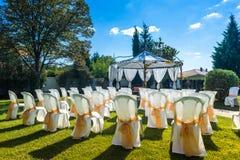 Cadeiras decoradas em um casamento exterior Fotos de Stock Royalty Free