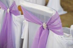 Cadeiras decoradas para convidados em um casamento no jardim Fotos de Stock Royalty Free