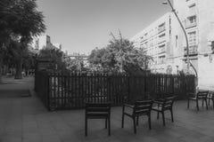 Cadeiras dentro O jardim imagens de stock