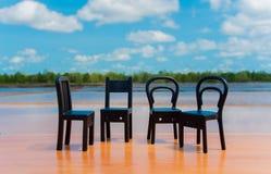 cadeiras do ฺBlack no assoalho de madeira imagens de stock royalty free