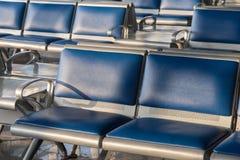 Cadeiras do aeroporto para que esperar migre, Sh ascendente fechado imagens de stock