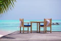 Cadeiras do casamento decoradas com curvas do branco em Foto de Stock