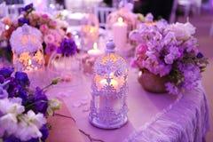 Cadeiras do casamento em um salão de baile do partido ou do evento Imagens de Stock