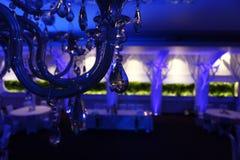 Cadeiras do casamento em um salão de baile do partido ou do evento Fotos de Stock Royalty Free