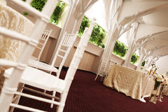 Cadeiras do casamento em um salão de baile do partido ou do evento Imagens de Stock Royalty Free