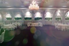 Cadeiras do casamento em um salão de baile do partido ou do evento Foto de Stock