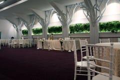 Cadeiras do casamento em um salão de baile do partido ou do evento Fotografia de Stock Royalty Free