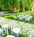Cadeiras do casamento estabelecidas antes da cerimônia Imagem de Stock