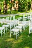 Cadeiras do casamento estabelecidas antes da cerimônia Imagens de Stock Royalty Free