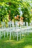 Cadeiras do casamento estabelecidas antes da cerimônia Imagem de Stock Royalty Free