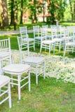 Cadeiras do casamento estabelecidas antes da cerimônia Foto de Stock