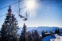 Cadeiras do elevador de esqui imagem de stock