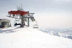 Cadeiras do elevador de esqui no dia de inverno brilhante imagens de stock royalty free
