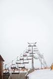 Cadeiras do elevador de esqui no dia de inverno frio fotos de stock