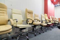 Cadeiras do escritório na loja que está em seguido Imagem de Stock Royalty Free