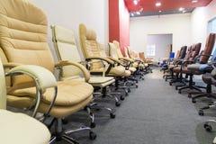 Cadeiras do escritório na loja que está em seguido Foto de Stock Royalty Free
