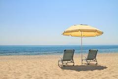 Cadeiras do guarda-chuva e de sala de estar na praia idílico fotos de stock