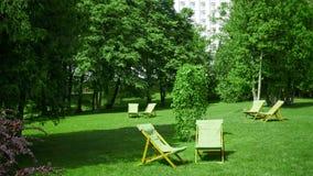 Cadeiras do resto no jardim Conceito do recurso imagem de stock