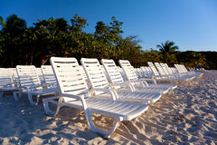 Cadeiras do Teak na areia fotos de stock royalty free